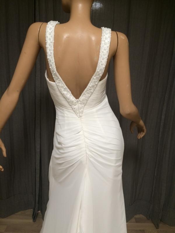 5dd32df6 ... En elegant kjole i str 38-40. Stroppene er besatt med glassperler.